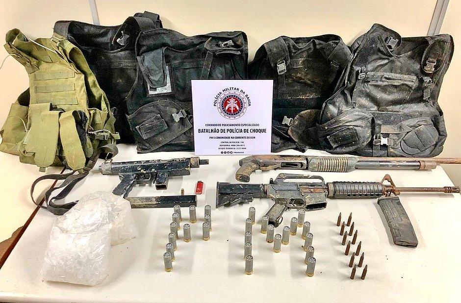 Policiais descobrem bunker com fuzil AR-15 e metralhadora em Sussuarana