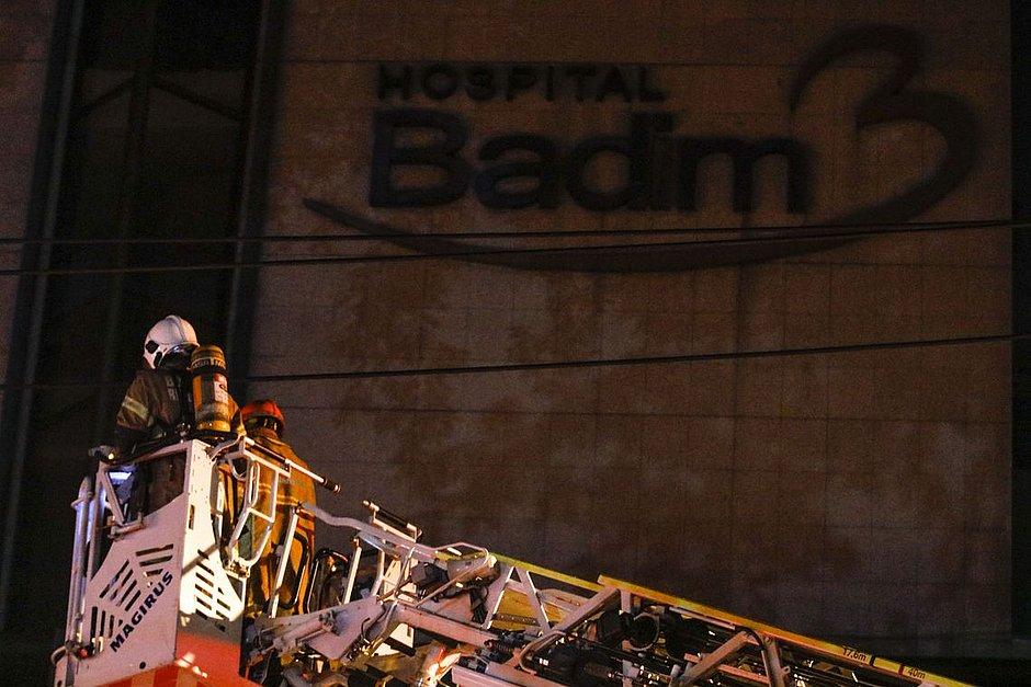 Calor e fumaça dificultam início da perícia de incêndio em hospital no Rio