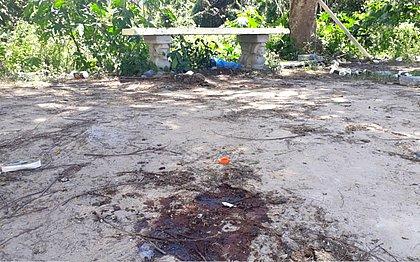 Mancha de sangue de um dos baleados em campo de futebol de Portão