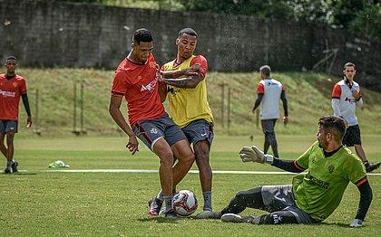 De colete amarelo, Guilherme Santos briga pela bola com Samuel Granada durante treino na Toca