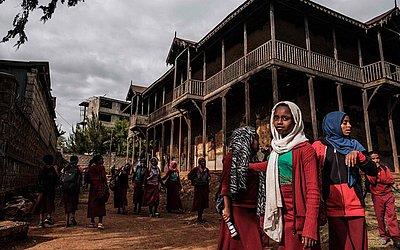 Estudantes se reúnem no pátio do Palácio do sheik Ojele, construído em 1890 e influenciado pela arquitetura Indo-islâmica e atualmente usado como residência e escola em Addis Abeba.