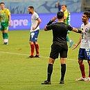 Jogo na Fonte Nova foi marcado por interrupções do VAR com a equipe de arbitragem