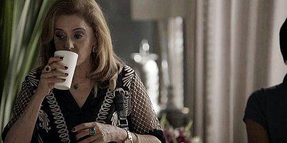Sophia tenta dopar Clara de novo e acaba provando do próprio veneno