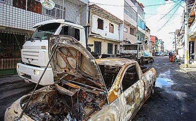 Uma caminhonete também foi atingida pelas chamas.