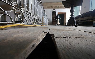 Buraco na parte superior do templo - onde o coral costumava se apresentar - que está interditada