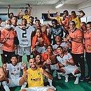Elenco do Vitória posa pra foto no vestiário do estádio Bento Freitas após triunfo contra o Brasil de Pelotas