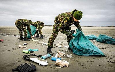 Soldados do exército dos Países Baixos participam da limpeza da costa de Schiermonnikoog na ilha Frísio, dois dias depois que um container de 270 toneladas carregando brinquedos e móveis caiu de um cargueiro  devido a uma tempestade.