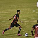 Um dos destaques do Vitória, Alisson Farias avança contra o Botafogo-PB