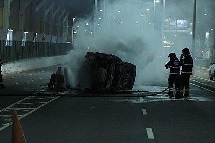 Carro pega fogo após capotar na Avenida Tancredo Neves; Veja imagens