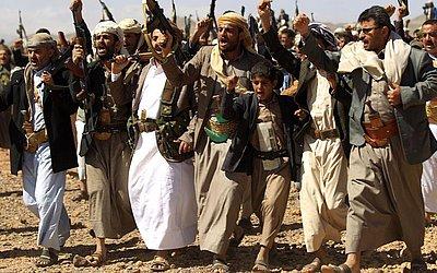 Iemenitas levantam suas armas perto da capital Sanaa para mostrar apoio ao movimento xiita Huthi e contra a intervenção na Arábia Saudita.