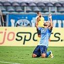 Thaciano comemora o gol do Grêmio sobre o Athletico-PR