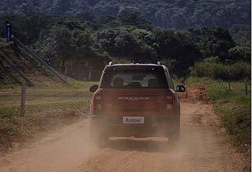 A tração é 4x4 e o motorista pode escolher entre sete modos de condução