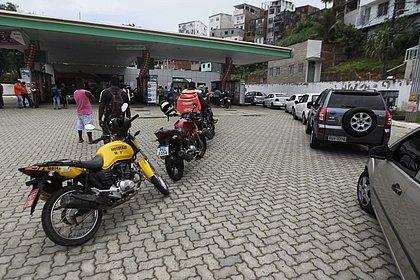 Fila foi formada em posto de combustível do Dique do Tororó