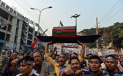 Partidários da Liga Awami de Bangladesh participam de um comício antes das eleições gerais, em Dhaka.