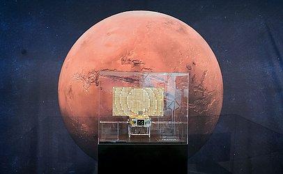 MarCo, um dos primeiros satélites em forma de cubo  que foram ao espaço está em exibição na NASA, em Pasadena, California.
