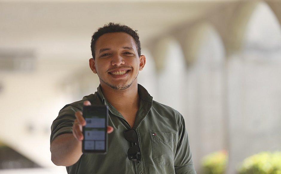 O designer Sander Dias não vai mais ao supermercado sem ativar um desconto pelo aplicativo