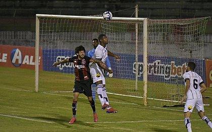 Fernando Neto disputa de cabeça com jogador do Botafogo-PB no Joia de Princesa