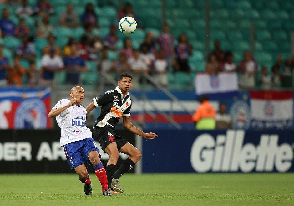 Nino  em jogada com Marrony, autor do gol do Vasco