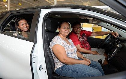 O aposentado Antônio Lázaro levou a família para ver o carro novo