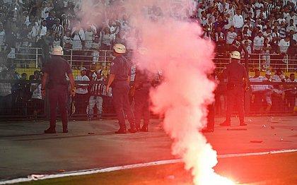 Torcedores do Santos causaram caos durante jogo contra o Independientes, no Pacaembu