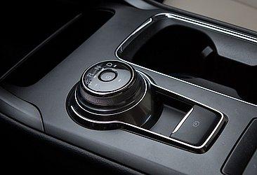 O seletor de opções do câmbio pode ser rotativo, como o usado em alguns modelos da Ford, Jaguar e Land Rover