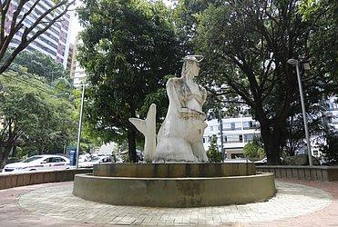 Iemanjá grávida: escultura de Bel Borba, na  praça Coronel Waldir Aguiar, no Itaigara
