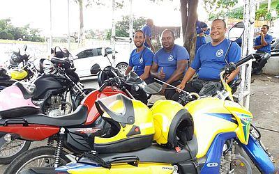 Mototaxistas aguardam passageiros no bairro do Alto do Cabrito
