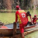 Bombeiros fazem buscas na lagoa na manhã desta segunda-feira (9)