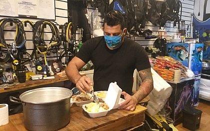Durante a pandemia, o mergulhador Robson Oliveira prepara marmitas diariamente para doar a moradores de rua