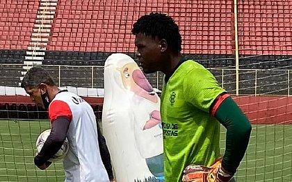 O goleiro Yuri durante o treino do Vitória