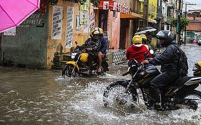 Motociclistas também enfrentaram dificuldades.