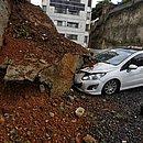 Contenção desabou sobre carros em condomínio na Boca do Rio