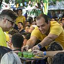 Torcedores pedem quedas de Neymar em campo para beberem de graça