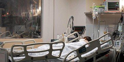 Média de mortes por covid-19 cai 24% em duas semanas, maior redução em 6 meses