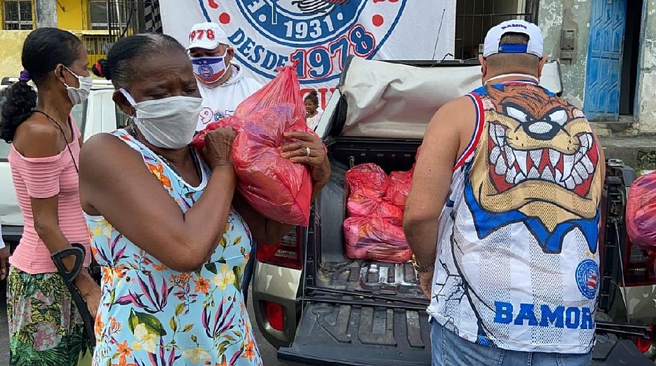 Alimentos foram doados para os moradores da comunidade da Baixa do Petróleo