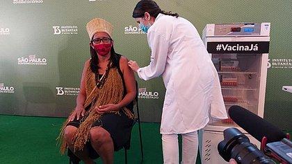 Baiana, primeira índigena vacinada pede: 'confiem na ciência, tomem a vacina'