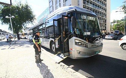 Passageiros e rodoviários aprovam novo ônibus elétrico de Salvador