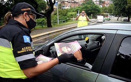 Blitze da Transalvador flagram 384 pessoas sem máscara em veículos