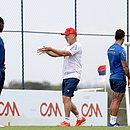 Mano orienta jogadores durante treino na Cidade Tricolor