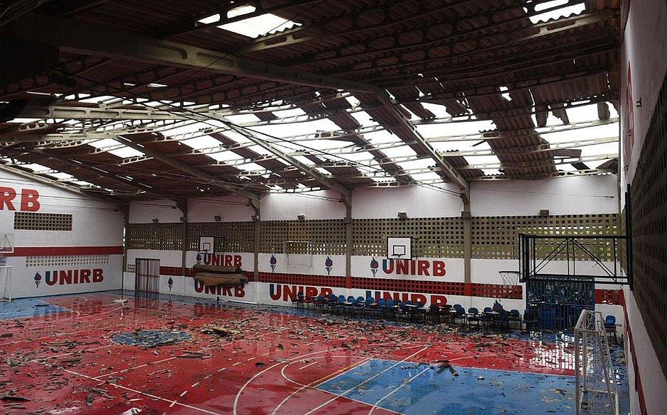 Vendaval arranca parte de telhado de universidade em Patamares; veja