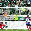De pênalti, Gilberto desloca o goleiro Weverton e marca o primeiro gol do Bahia