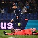 Mbappé tira do goleiro e faz o segundo gol do PSG