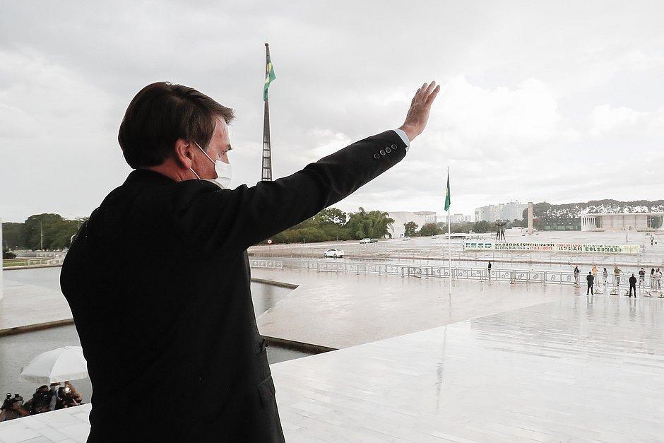Bolsonaro publica trecho de vídeo de reunião e reforça ideia de armar população