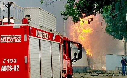 Chamas de incêndio em fábrica de colchão chegaram a 30 metros