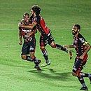 João Victor comemora o terceiro gol junto com Fernando Neto e Wallace