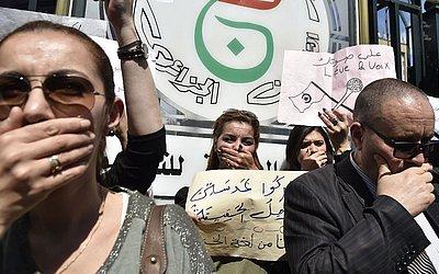 Protestos em Algiers contra a censura do estado nos programas de tv da Argélia.