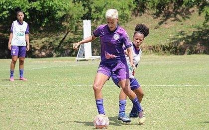 Gadu, com a bola, é a artilheira do Campeonato Baiano com 20 gols