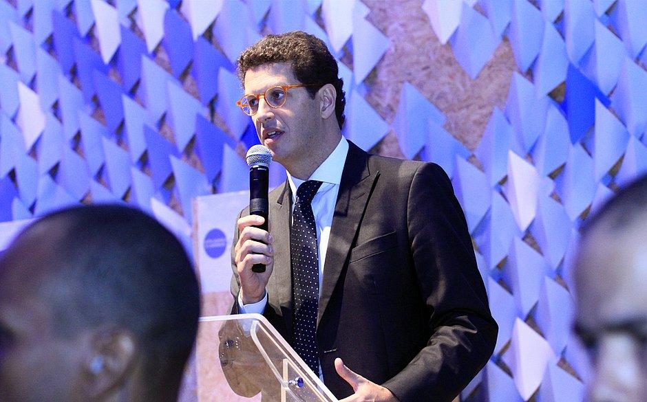 Ricardo Salles aprova extinção de regras que protegiam manguezais e restingas
