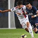 Paquetá e Neymar em disputa de bola no jogo entre PSG e Lyon