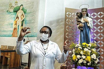 Primeira vacinada em Salvador, enfermeira pede aos baianos: 'Não tenham medo'
